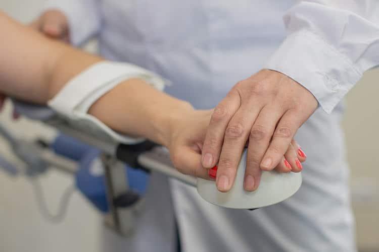 Отекать руки могут в результате травм