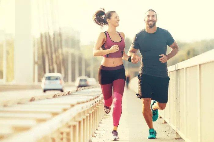 Мужчина и женщина бегут вместе