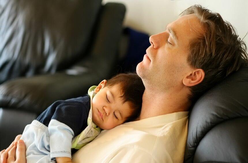 иногда малыши засыпают у мамы или папы на животе, ощущая их тепло, успокаиваясь