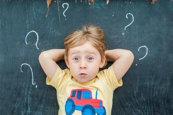 Любопытный ребенок задает вопросы
