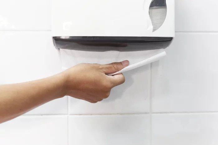 Бумажное полотенце в общественном туалете