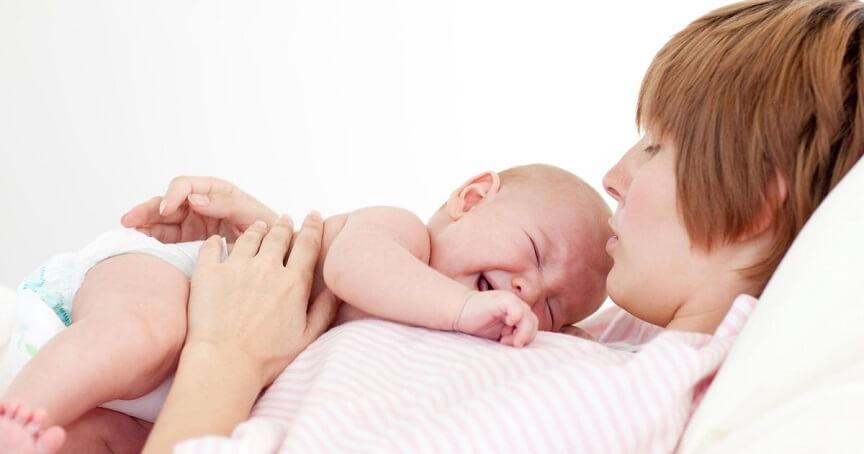 ребенок может плакать у груди, ощущая боль