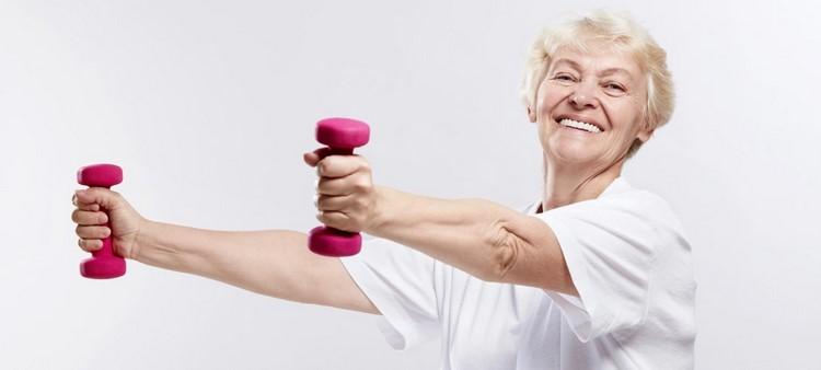 Пожилая женщина делает зарядку