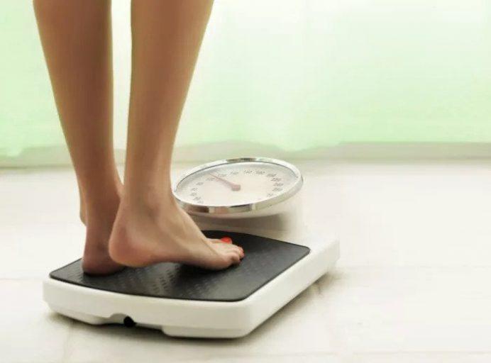 Женщина стоит на весу