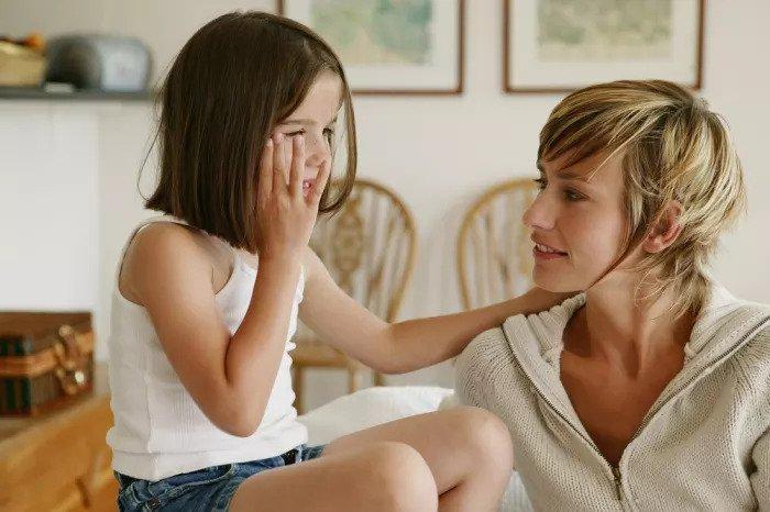 Мать и ребенок разговаривают
