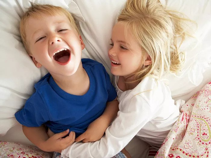 Брат и сестра спят вместе в постели