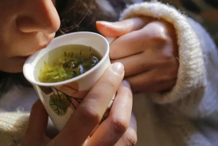 Хорошо в любом возрасте. Женщина пьет чай