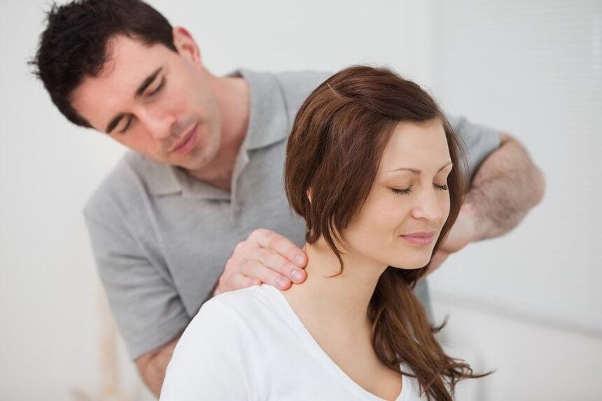 эффективен также массаж шейно-воротниковой зоны и спины
