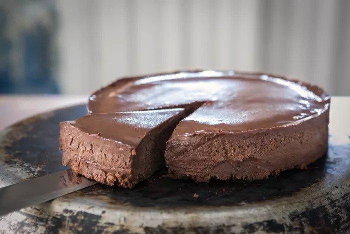 Девочки готовят шоколадный торт