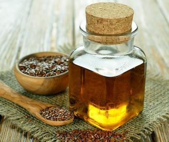 Бутылочка льняного масла и семян