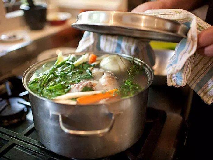 Добавьте овощи в суп