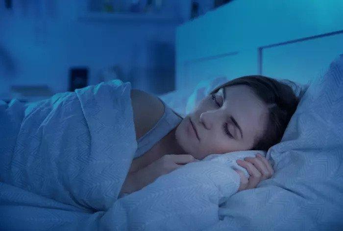 Женщина спала в постели