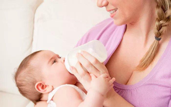 Ребенок ест бутылку