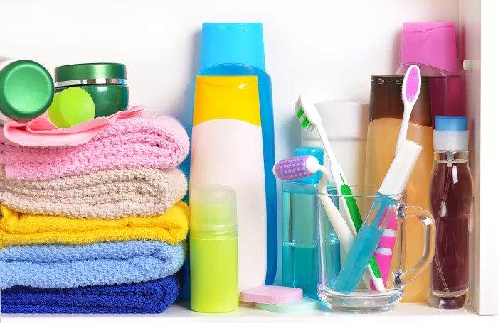 Зубная щетка и туалетные принадлежности в ванной комнате
