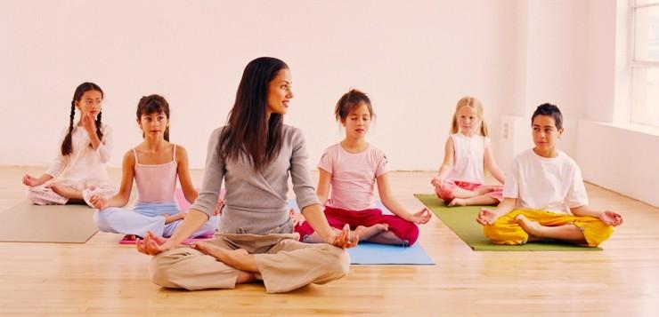 Йога для детей: со скольки лет и какая польза