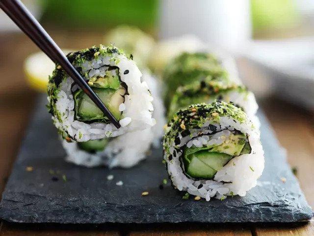 Суши с авокадо и терияки