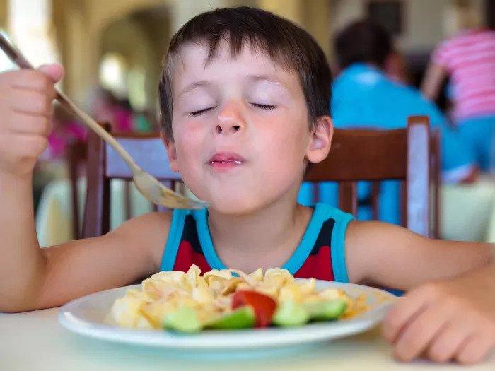 Ребенок ест с тарелки