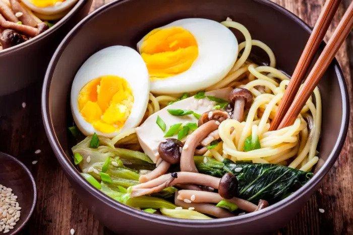 Яйцо из рамен-супа с лапшой и яйцом