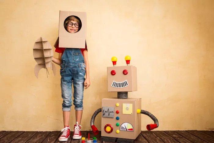 Ребенок, замаскированный под робота