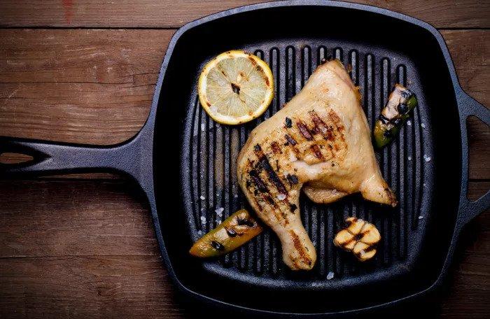 Цыпленок в сковороде