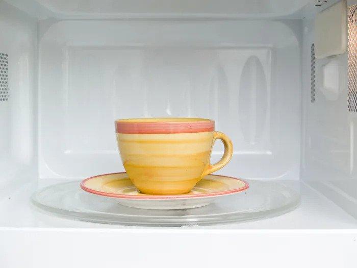 Чашка чая в микроволновке