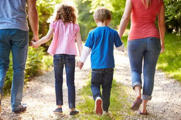 Родители и двое гуляющих детей