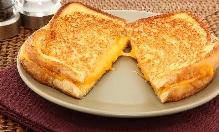 Поджаренный с плавленым желтым сыром