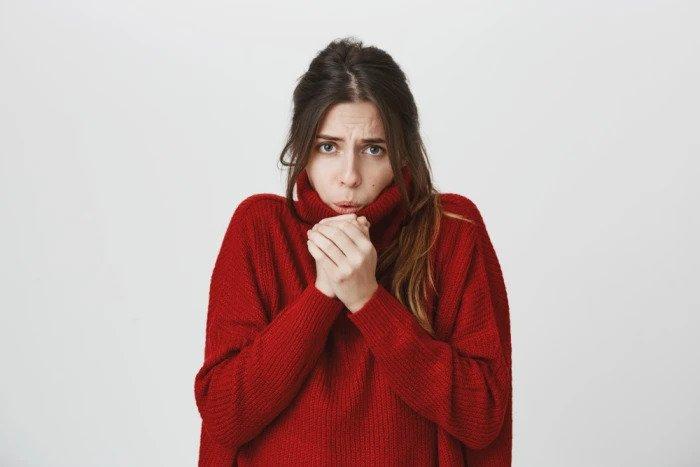 Женщина страдает от холода