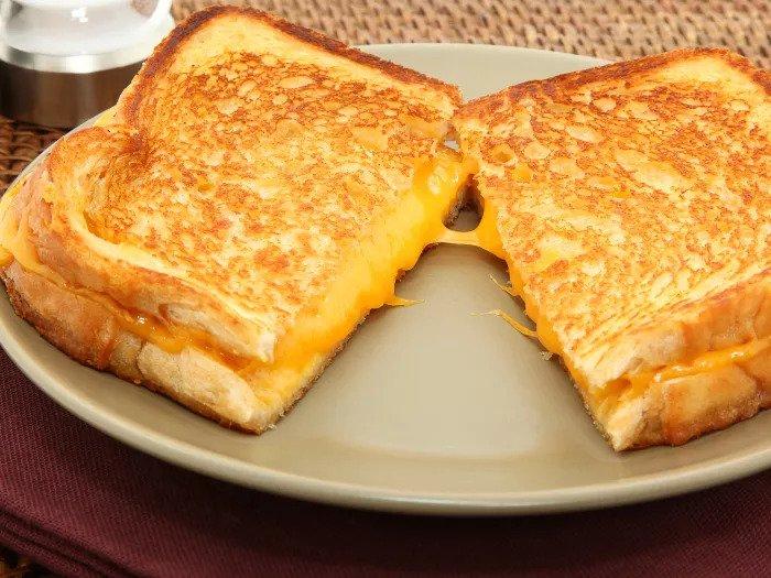 Тост с плавленым желтым сыром