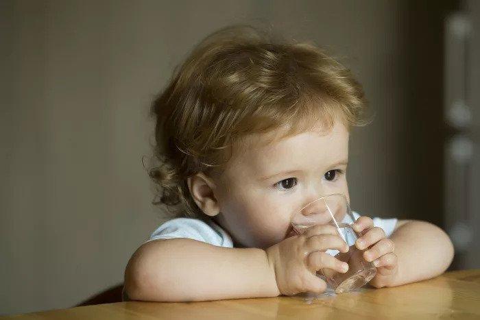 Ребенок пьет