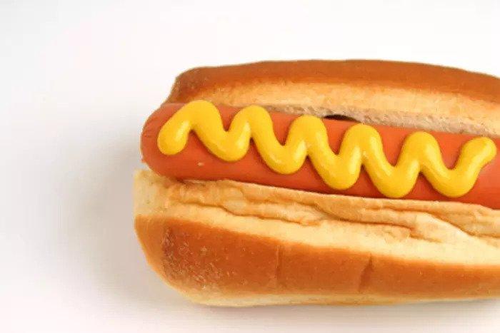 Булочка с хот-догом и горчицей
