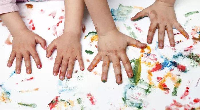 Дети делают отпечатки ладоней гуашью