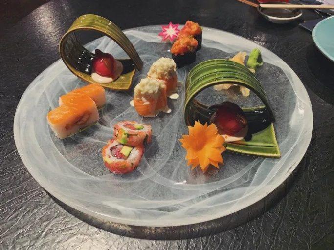 Когда у вас больше нет сил выпить еще одну тарелку супа, вы можете посмотреть меню суши. Суши Лосось и Тунец