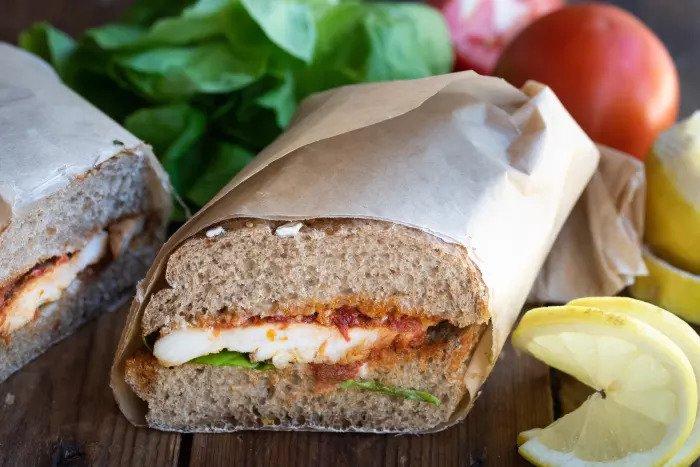 Белок также может достигать внутри бутерброда. Сэндвич с курицей