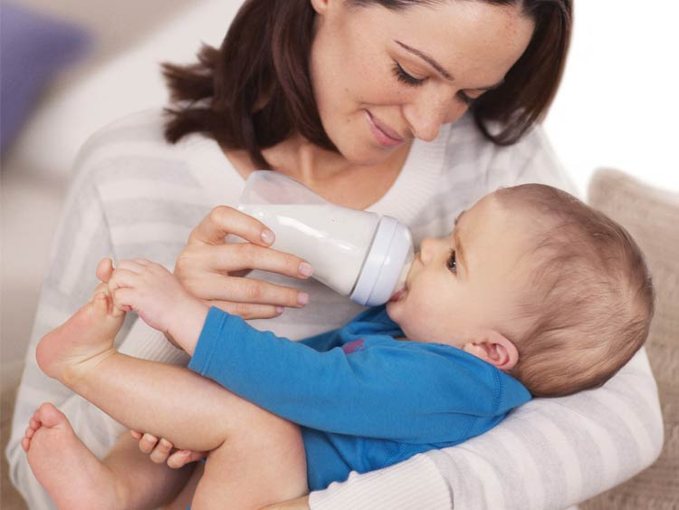кормление ребенка бутылочкой
