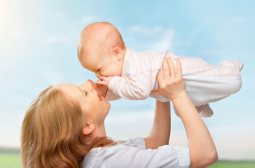 ребёнок адаптируется под форму груди матери