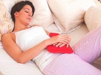 Девушка лежит на кровати с игрушклй