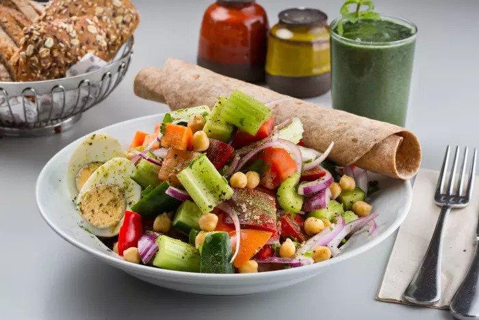 овощной салат и спирулина в кафе Луиза