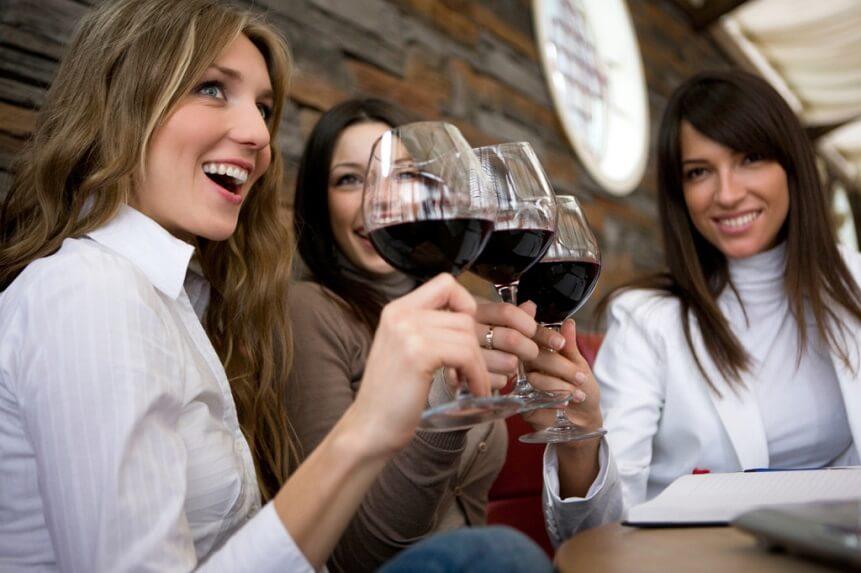не стоит пить вино кормящим женщинам если крохе не исполнилось 3 месяцев