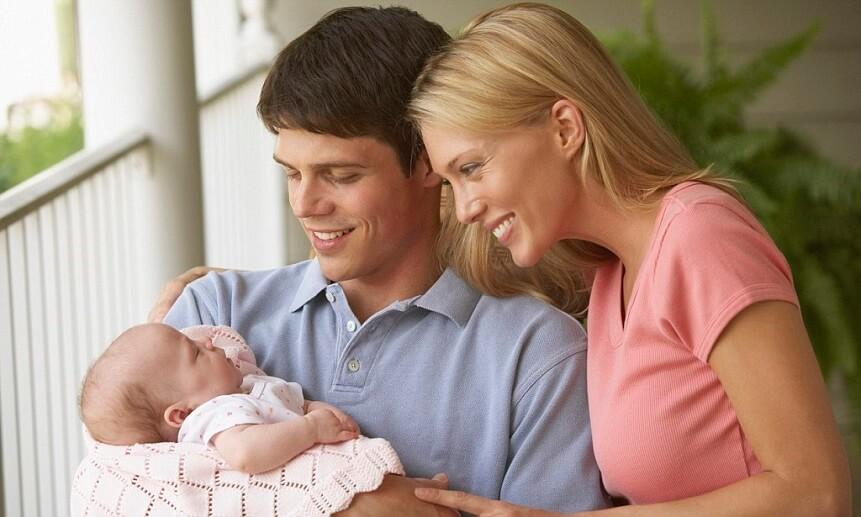 месячный малыш нуждается в заботе и общении с близкими