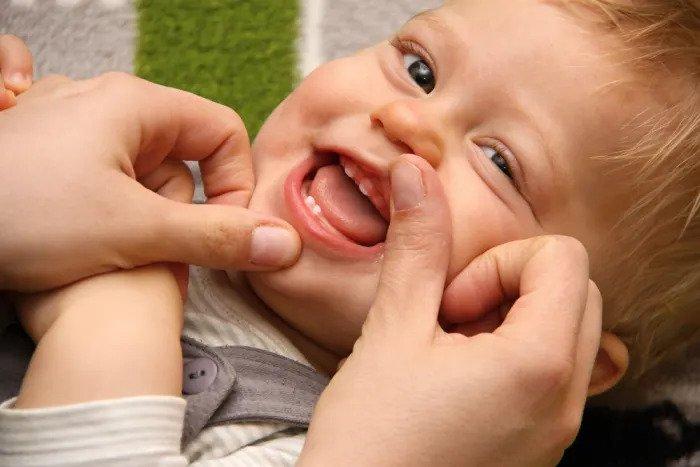 Малыш вынимает зубы