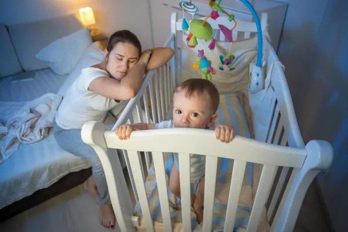 Мать пытается уложить ребенка спать