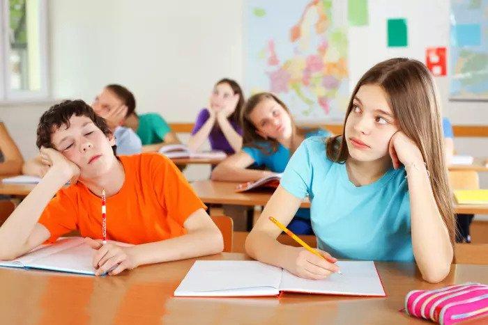 Студенты скучают в классе