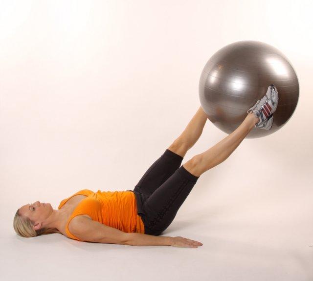 Подъём ног с фитболом