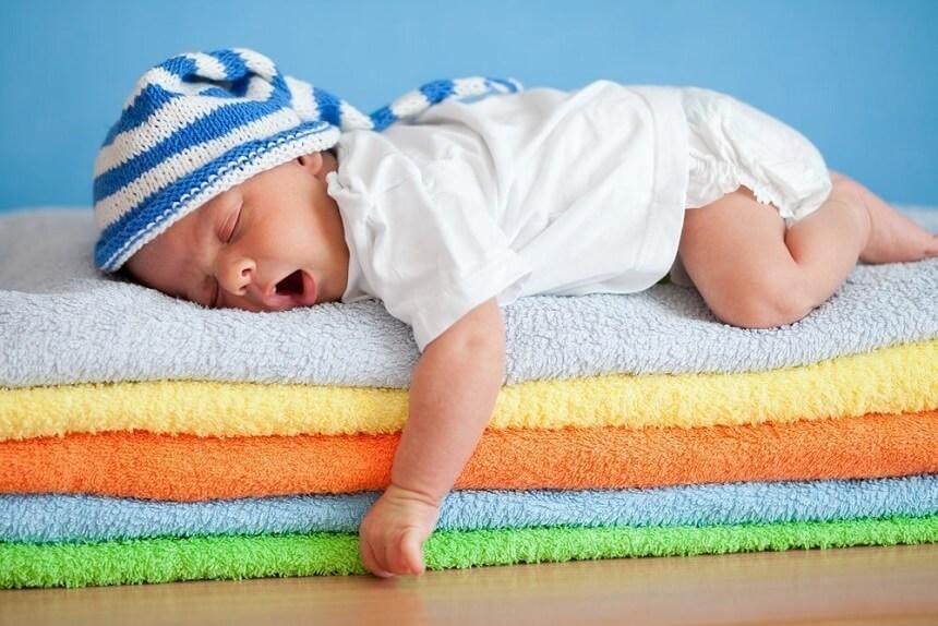 постепенно уменшается количество и продолжительность дневных снов