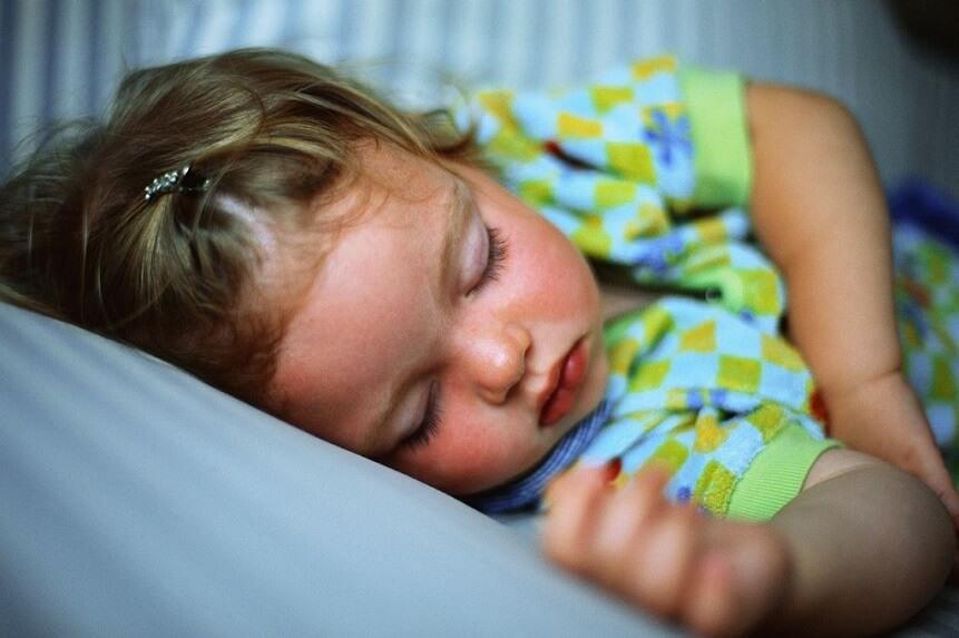 при завершении ночных кормлений важно наблюдать за эмоциональным состоянием малыша