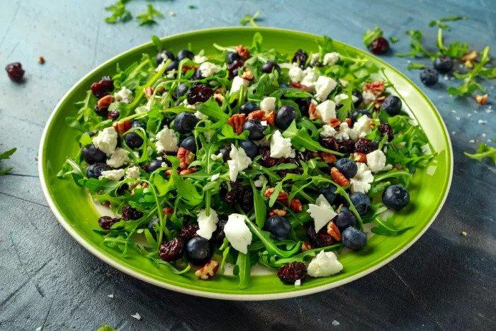 Зеленый салат с черникой