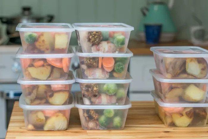 Пластиковые коробки с едой
