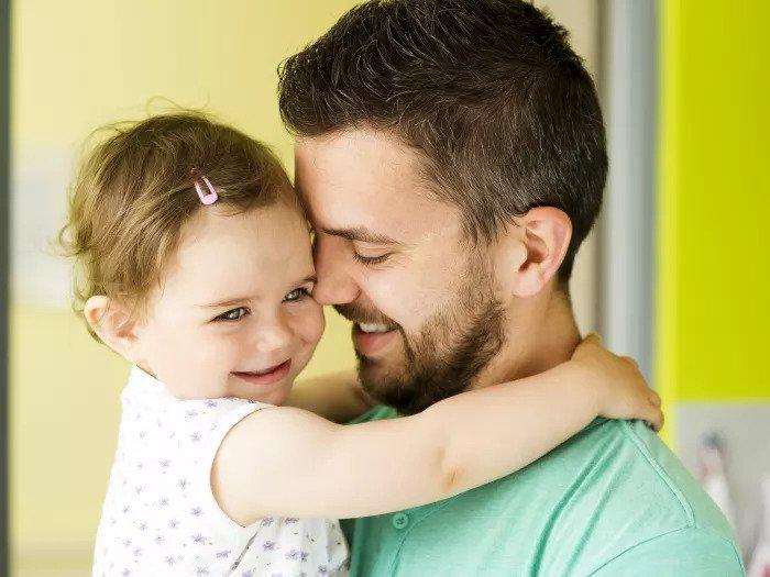 Папа обнимает свою дочь