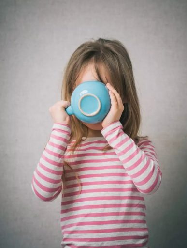 Девушка пьет шоколадное молоко